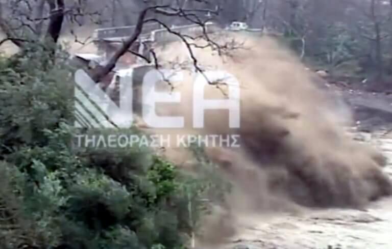 Συγκλονιστικές εικόνες! Η στιγμή που κατέρρευσε η ιστορική γέφυρα του Κερίτη στα Χανιά – video | Newsit.gr