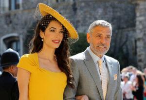 Ο Τζορτζ και η Αμάλ Κλούνεϊ φωτογραφήθηκαν με το προσωπικό εστιατορίου στη Βενετία [pic]