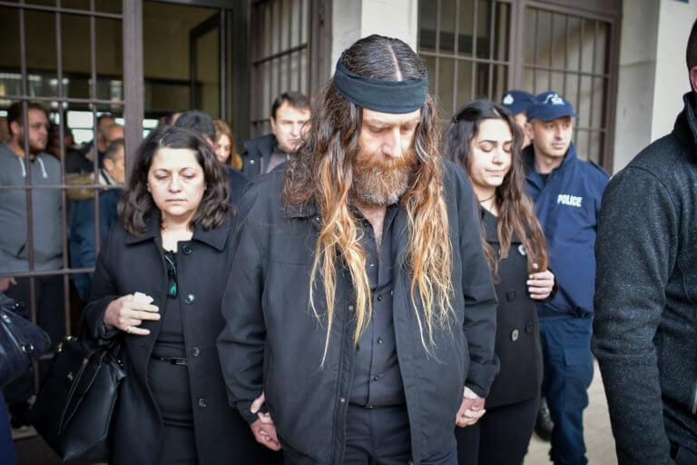 Βαγγέλης Γιακουμάκης: Ξέσπασε σε κλάματα ο πατέρας του – Οι απουσίες και η διακοπή στη δίκη | Newsit.gr