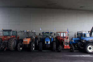 Αγρότες έκλεισαν την εθνική οδό στον κόμβο του Αερινού Μαγνησίας