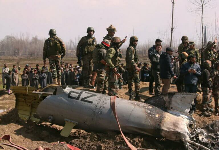 Έτοιμο να παραδώσει τον πιλότο του ινδικού μαχητικού που κατέρριψε δηλώνει το Πακιστάν!