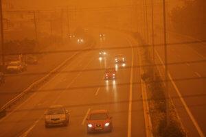 Καιρός: Ώρα για… πλύσιμο του αυτοκινήτου – «Σκεπάζει» τα πάντα η αφρικανική σκόνη
