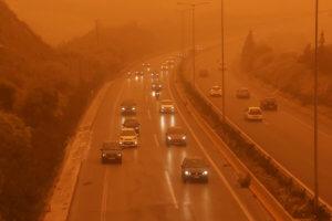 Καιρός: Σφοδρές καταιγίδες, σκόνη και θυελλώδεις άνεμοι