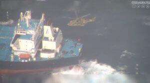 Εικόνες που κόβουν την ανάσα – Διάσωση Έλληνα καπετάνιου στις Αζόρες – video