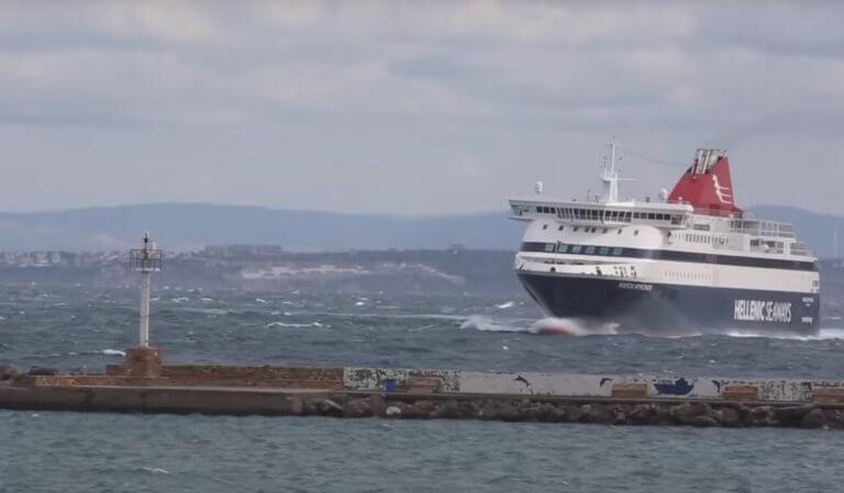 Χίος: Η μανούβρα του πλοίου στο λιμάνι – Η κίνηση του καπετάνιου που θα θυμούνται για καιρό [vid] | Newsit.gr