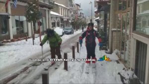 Καρπενήσι: Έκαναν… σκι στο κέντρο της πόλης! video