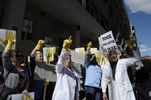 Συγκέντρωση καθαριστριών έξω από το υπουργείο Υγείας τη Δευτέρα