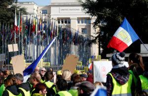 """Τα """"κίτρινα γιλέκα""""… μετακόμισαν στην Ελβετία για διαμαρτυρηθούν για την αστυνομική βία στη Γαλλία"""