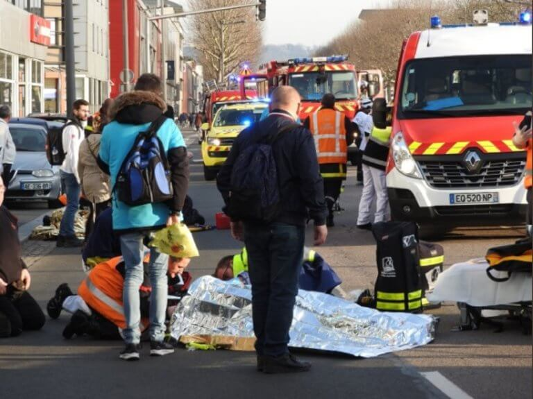 Κίτρινα γιλέκα: Αυτοκίνητο έπεσε πάνω σε διαδηλωτές – Τρεις τραυματίες [pics]