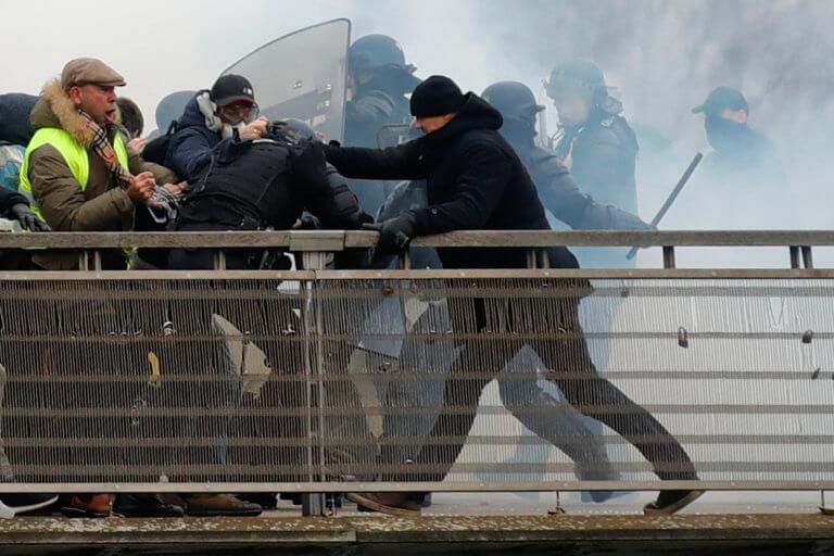 Κίτρινα γιλέκα: Φυλακή στον πυγμάχο που χτύπησε αστυνομικούς – video | Newsit.gr