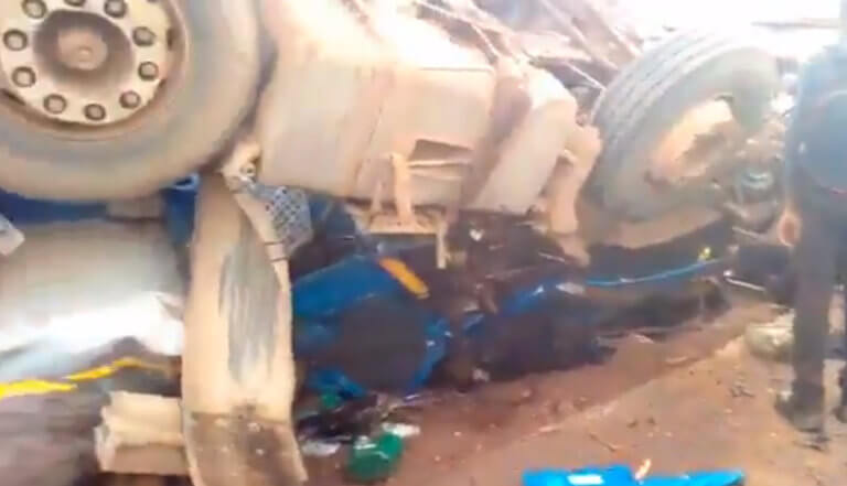 Κονγκό: Τραγωδία! 18 νεκροί από τη σύγκρουση βυτιοφόρου με λεωφορείο – video | Newsit.gr
