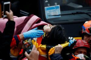 Κωνσταντινούπολη: Θαύμα! Κοριτσάκι ανασύρθηκε ζωντανό από τα ερείπια του κτιρίου που κατέρρευσε [pics, video]