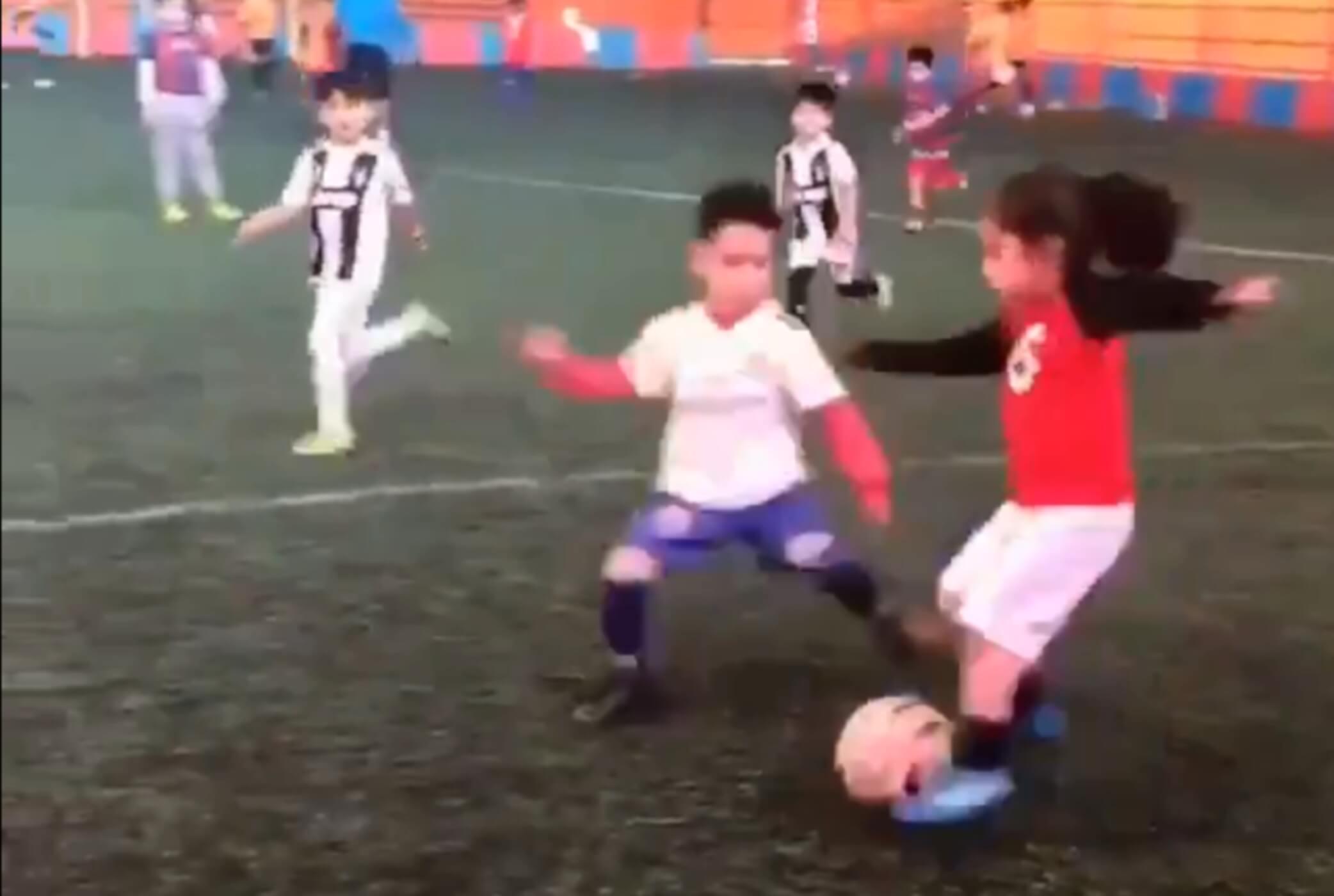 """Θα ζήλευε κι ο Μέσι! Το πεντάχρονο κορίτσι που """"ξαπλώνει"""" τα αγόρια με τις ντρίμπλες του – video"""