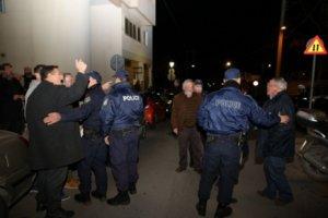 Κρήτη: Φωνές και συνθήματα για τη Μακεδονία έξω από το ξενοδοχείο που μιλάει ο Τζανακόπουλος