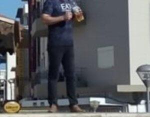 Ηράκλειο: Στέκεται έτσι και απειλεί να αυτοπυρποληθεί – Θρίλερ στην πλατεία Κορνάρου [pics]