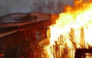 Λάρισα: Μεγάλη φωτιά σε εργοστάσιο ξυλείας