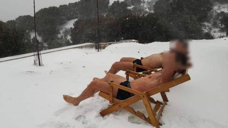 Καιρός – Ωκεανίς: Ηλιοθεραπεία στα χιόνια – Γδύθηκαν και έβγαλαν τη φωτογραφία που ήθελαν!