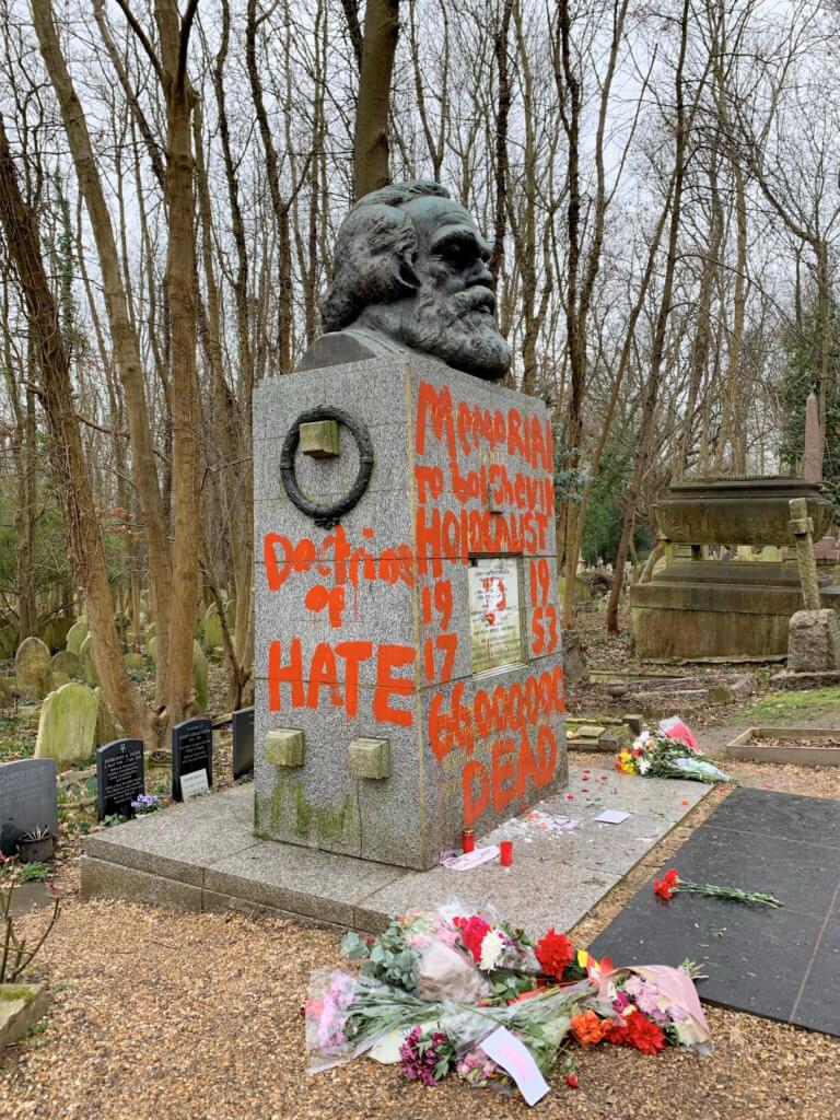 Βεβήλωσαν και πάλι τον τάφο του Μαρξ! [pics]