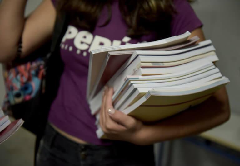 Θεσσαλία: Κύμα αγάπης για τη μαθήτρια που διάβαζε στο πεζοδρόμιο, επειδή δεν είχε ρεύμα στο σπίτι της – video | Newsit.gr