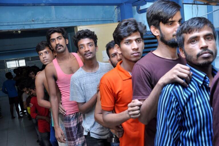 Σουμάτρα: Εκατοντάδες πεινασμένοι μετανάστες κλεισμένοι σε μαγαζιά!