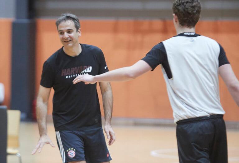 Φόρεσε αθλητικά και έπαιξε μπάσκετ ο Κυριάκος Μητσοτάκης! [pics] | Newsit.gr