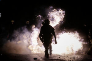 Νέες επιθέσεις με μολότοφ στο κέντρο της Αθήνας – Ένας αστυνομικός τραυματίας