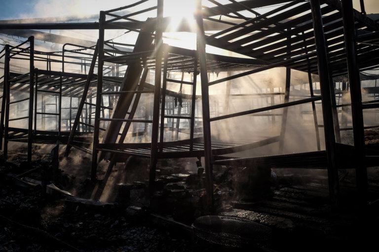 """Μυτιλήνη: """"Οι σκηνές κόλασης στη Μόρια ήταν σκηνοθετημένες"""" – Καταγγελία από εκπρόσωπο της Κομισιόν!"""