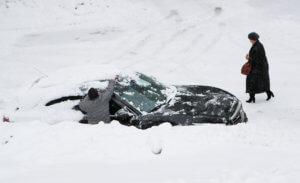 Βυθίστηκε στο χιόνι η Μόσχα – Ακυρώθηκαν δεκάδες πτήσεις