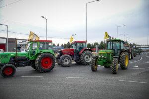 Έκλεισαν την Αθηνών – Πατρών στο Αίγιο! Αμετακίνητοι στα μπλόκα οι αγρότες