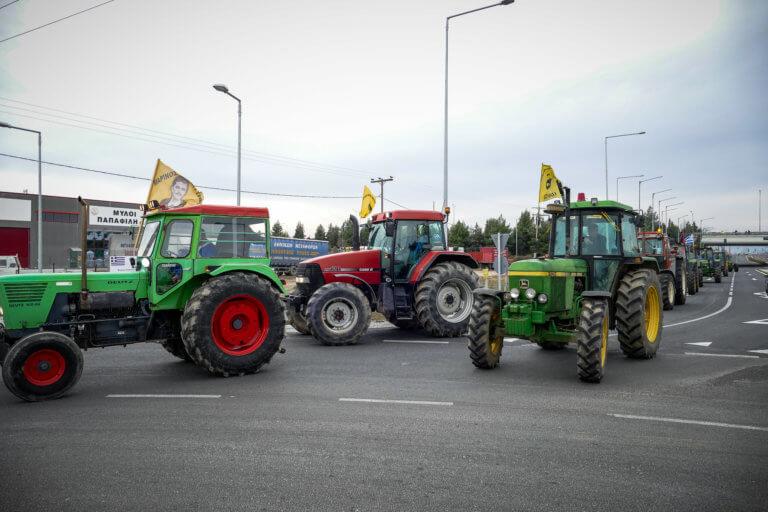 Έκλεισαν την Αθηνών – Πατρών στο Αίγιο! Αμετακίνητοι στα μπλόκα οι αγρότες | Newsit.gr