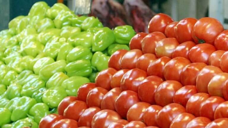 Δεσμεύθηκαν δυο τόνοι ακατάλληλες ντομάτες και πιπεριές στον Πειραιά
