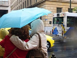 Καιρός: Βροχές και σποραδικές καταιγίδες πριν χτυπήσει ο χιονιάς