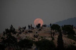 Εικόνες που κόβουν την ανάσα: Η Πανσέληνος «πάνω» από την Ακρόπολη [pics]