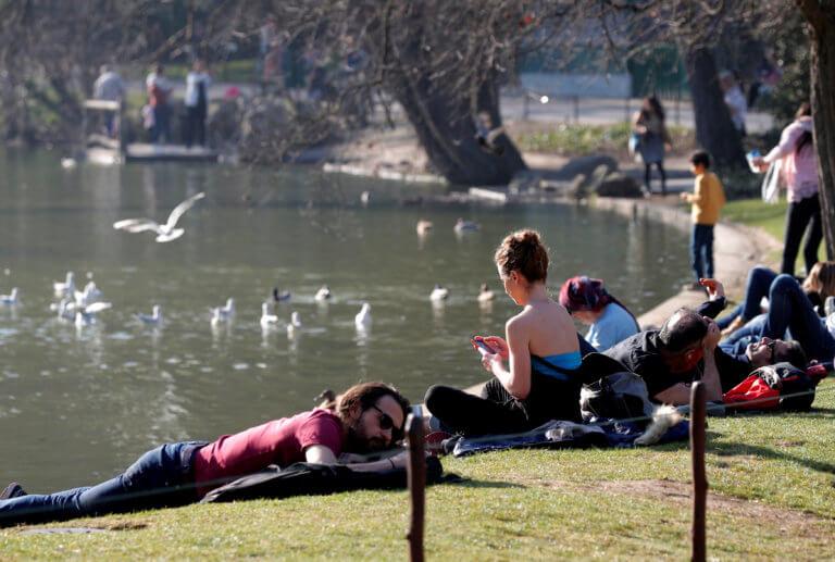 Μικρό καλοκαιράκι στο Παρίσι – Ξεχύθηκαν στα πάρκα να λιαστούν [pics] | Newsit.gr