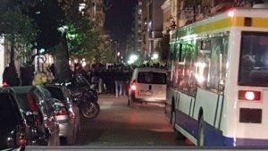 Πάτρα: Συγκέντρωση αντιεξουσιαστών έξω από το ξενοδοχείο που μιλούν Ραγκούσης, Παπαδημούλης και Κουβέλης