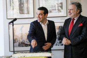 Χιούμορ και μια χαρούμενη ατμόσφαιρα στην κοπή της πίτας παρουσία Τσίπρα στο υπουργείο Εξωτερικών