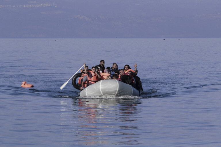 Αλεξανδρούπολη: Αίσιο τέλος στο θρίλερ με τους 29 πρόσφυγες – Άντεξε η λέμβος μεσοπέλαγα!