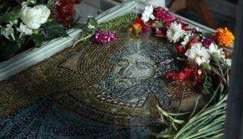 «Γιαγιά, έχει έρθει ο Άγιος Ραφαήλ… Γιαγιά, είναι στην πόρτα και μας κοιτάει» | Newsit.gr