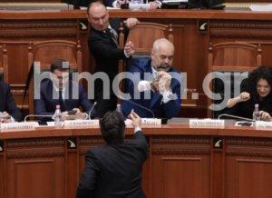 Χαμός στο κοινοβούλιο! Πέταξαν μπογιά στον πρωθυπουργό Έντι Ράμα [video, pics]