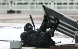 Πινακίδα έπεσε πάνω σε φωτογράφο στο ΟΑΚΑ! Κινδύνευσε από τους «ισχυρούς» ανέμους