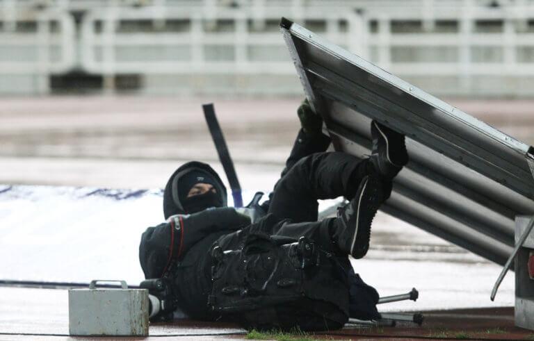"""Πινακίδα έπεσε πάνω σε φωτογράφο στο ΟΑΚΑ! Κινδύνευσε από τους """"ισχυρούς"""" ανέμους"""