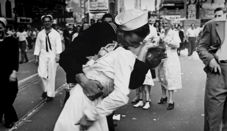 """Πέθανε ο ναύτης του """"φιλιού της Τάιμς Σκουέρ""""! video, pics"""