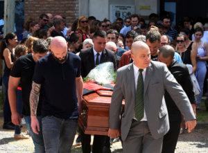 """Εμιλιάνο Σάλα: """"Τον σκότωσαν""""! Ρίγη συγκίνησης στην κηδεία του [pics]"""