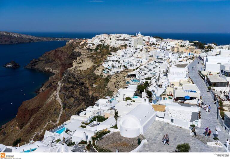 Σαντορίνη: Διπλό θρίλερ σε Ημεροβίγλι και Οία – Πτώση αυτοκινήτου στα βράχια! | Newsit.gr
