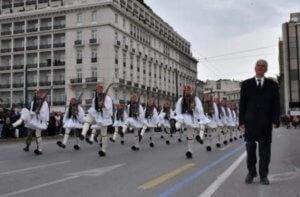 Ράγισαν καρδιές στην παρέλαση της Προεδρικής Φρουράς – Μπροστά από τους Εύζωνες ο πατέρας του Σπύρου Θωμά – video