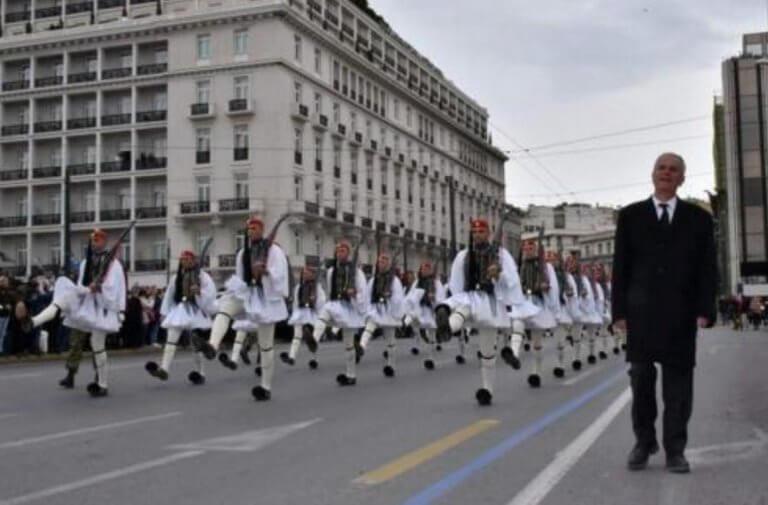 Ράγισαν καρδιές στην παρέλαση της Προεδρικής Φρουράς – Μπροστά από τους Εύζωνες ο πατέρας του Σπύρου Θωμά – video | Newsit.gr