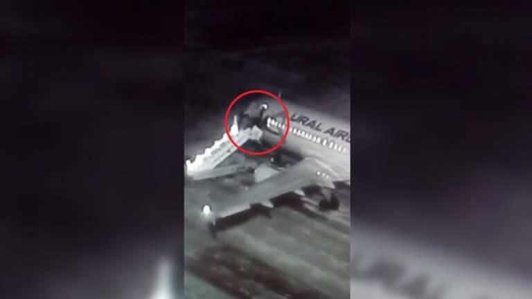 Κατέρρευσε η σκάλα επιβίβασης του αεροπλάνου και βρέθηκαν στο κενό! [video]   Newsit.gr