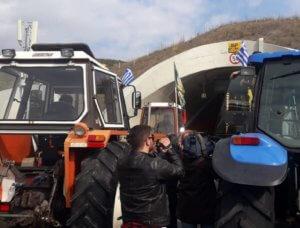 Στις σήραγγες των Τεμπών οι αγρότες – Απέκλεισαν το ένα ρεύμα της εθνικής οδού