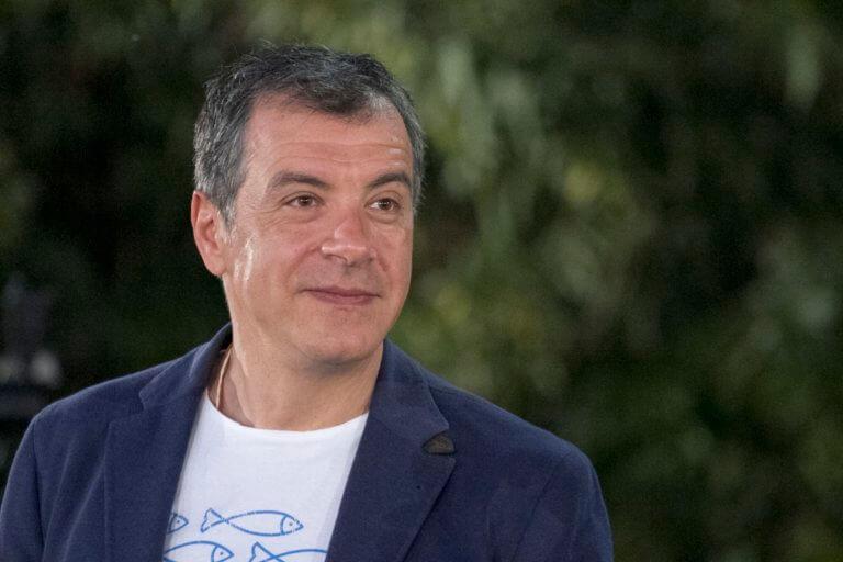 Σταύρος Θεοδωράκης: Σπάνια εμφάνιση στο θέατρο μαζί με την κόρη του, Αργυρώ [pics]