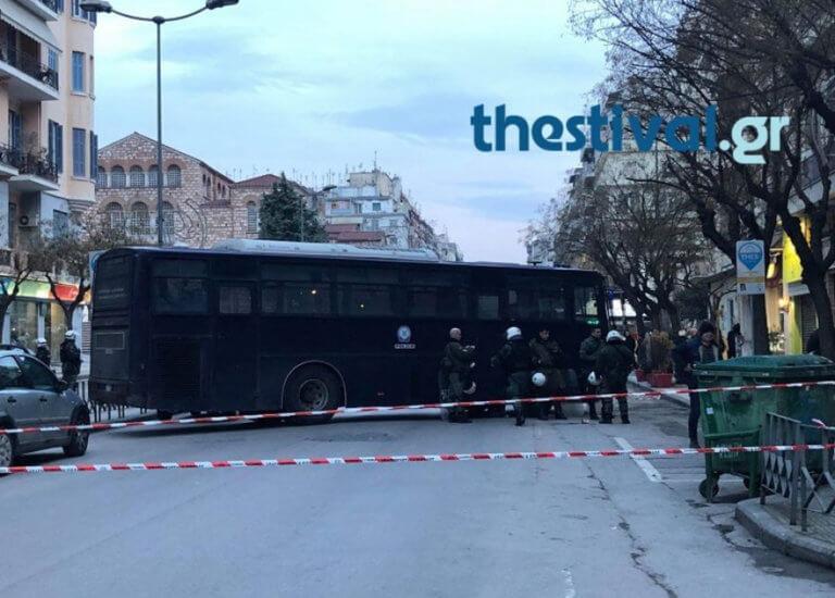 Θεσσαλονίκη: Συμπλοκή με… πυροσβεστήρες μεταξύ ΜΑΤ και αντιεξουσιαστών – Δύο συλλήψεις | Newsit.gr